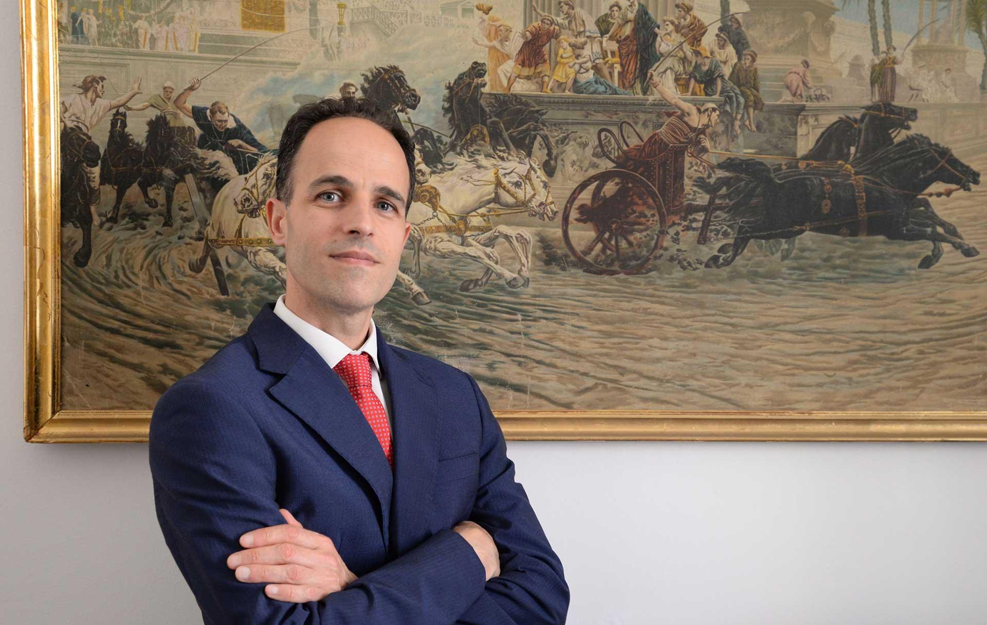 L'avvocato Andrea Fiori nel suo studio legale di Sassari